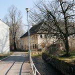 Blick vom Baderberg in das Mühlbachtal, im Vordergrund Bachgasse 2 (rechts), Bachgasse 3 (Abbruch 2017/18).