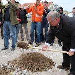 …sowie der Bürgermeister der Stadt Frankenberg/Sa., Thomas Firmenich, setzten mit dem Pflanzen einer Stieleiche den ersten Spatenstich und gaben mit großer Freude den Startschuss für die offiziellen Bauarbeiten der Landesgartenschau.